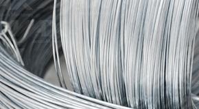 Alambre de acero en presentación de rollo con un acabado galvanizado para mayor protección.